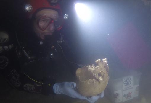 El paleobuzo español Vicente Fito sostiene el cráneo de «Ixchel»