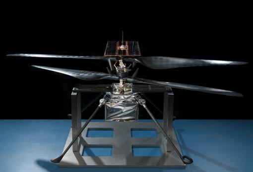 El helicóptero marciano, fotografiado en una sala limpia en el JPL