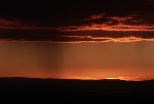 Lluvia precipitándose desde una nube, en Gloucestershire, Reino Unido
