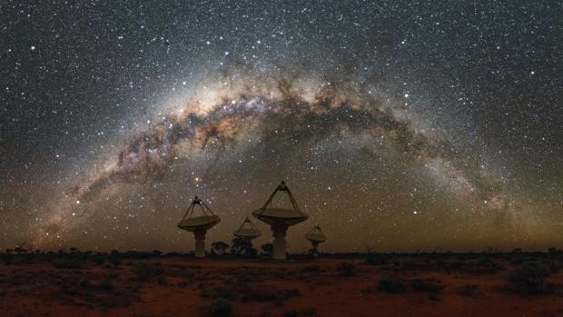 Las antenas del SKA Pathfinder australiano de CSIRO con la Vía Láctea por encima