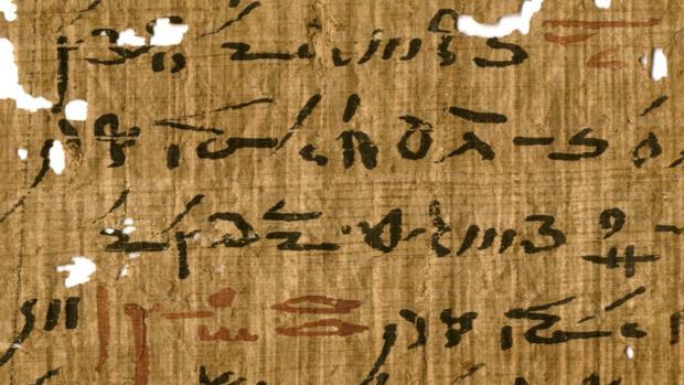 Detalle de un tratado médico de la biblioteca del templo de Tebtunis con títulos marcados en tinta roja