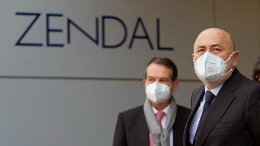 El delegado de Gobierno en Galicia, Javier Losada (d), y el alcalde de Vigo, Abel Caballero (i). El grupo Zendal produce la vacuna estadounidense Novavax en suelo español