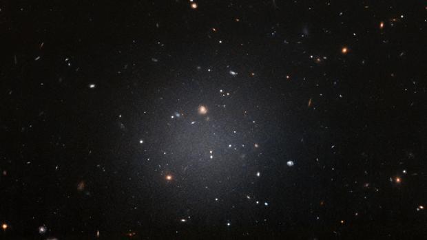 Nuevas observaciones con el Telescopio Espacial Hubble confirman que la galaxia DF2 carece de materia oscura