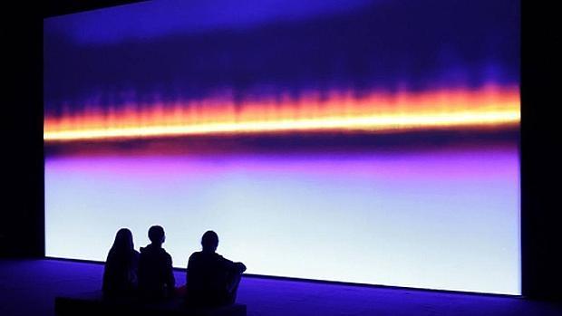 «Resounding (Ultraviolet)» (2014), de Susan Hiller, obra presente en la muestra «El gran Silencio» del CAAC