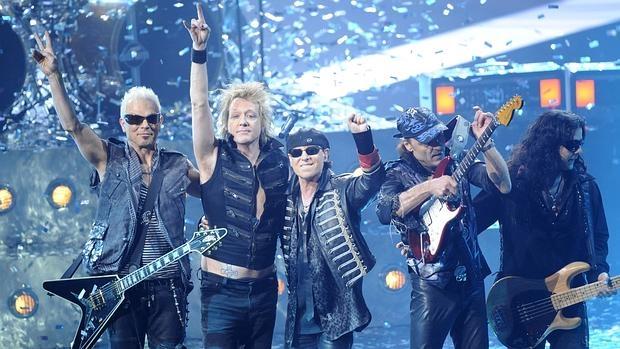 Los miembros de Scorpions, al cierre de un concierto en Berlín