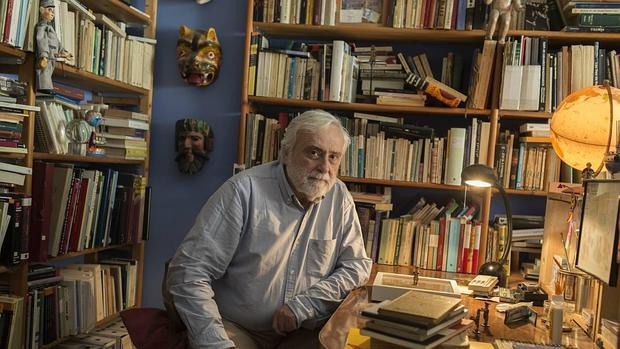Miguel Sánchez-Ostiz en su casa de Pamplona
