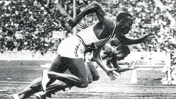 La salida de la final de los cien metros lisos que le daría a Jesse Owens la primera de sus cuatro medallas
