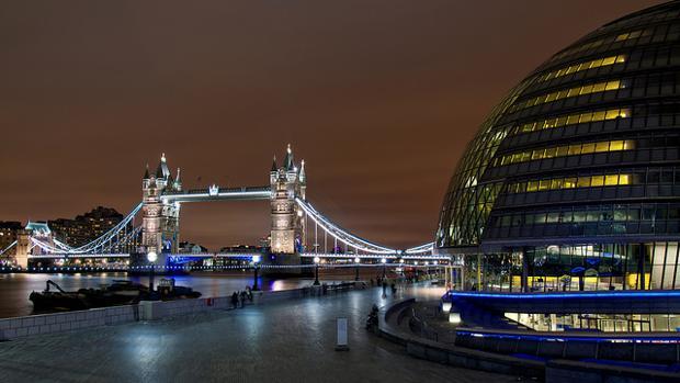 El ayuntamiento de Londres con el Puente de la Torre al fondo