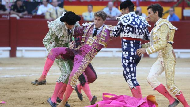 Manuel Escribano, con la taleguilla empapada de sangre, es socorrido por la cuadrilla