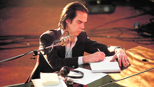 Nick Cave, en una escena del documental «One more time with feeling»