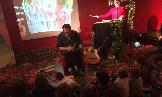 """Ismael Serrano lee """"La niña que hablaba con los árboles"""" en la Fnac"""