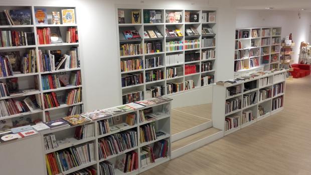 Imagen interior de la librería El Bosque de la Maga Colibrí