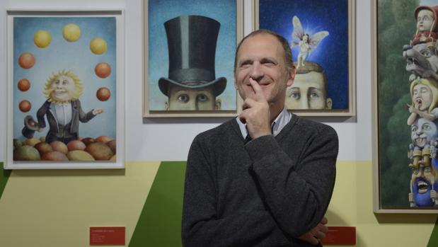 Javier Sáez, en el Museo ABC junto a algunas de sus obras