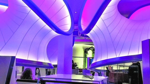 Interior de la galería museística de Zaha Hadid, en Londres