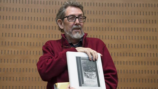 Camarasa, ayer, con el libro con el que le obsequió el Ayuntamiento de Barcelona