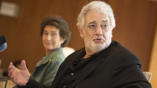 Plácido Domingo y Paloma O'Shea durante el encuentro con la prensa