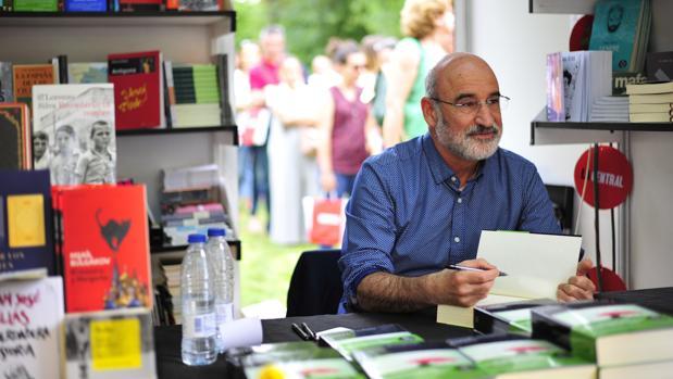 Fernando Aramburu, autor de «Patria», firma libros a sus lectores