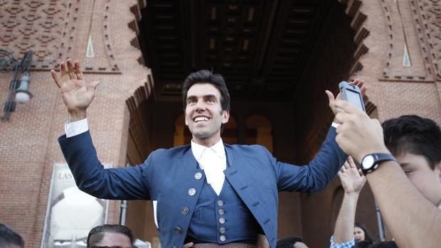 Sergio Galán, sonriente, por la Puerta Grande de Las Ventas