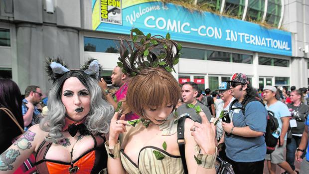 Dos jóvenes disfrazadas de los personajes de Marvel Rocket Racoon y Groot