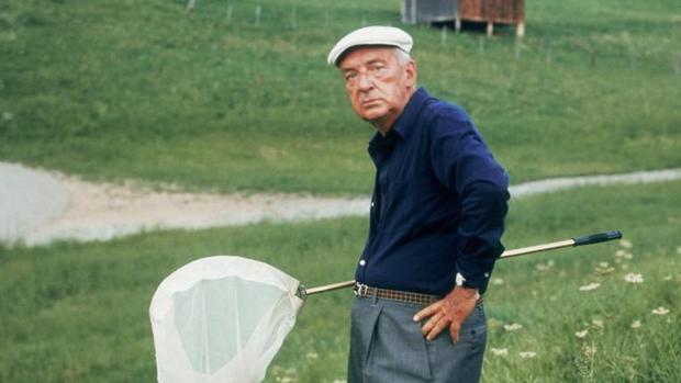 Nabokov cazando mariposas en Suiza (1975)