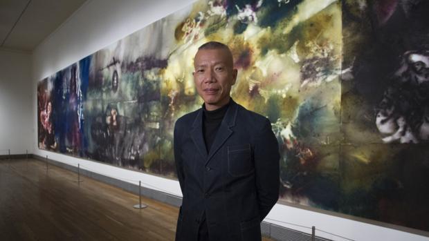 Cai Guo-Qiang, en el Prado junto a su monumental obra «El espíritu de la pintura», de 18 por 3 metros