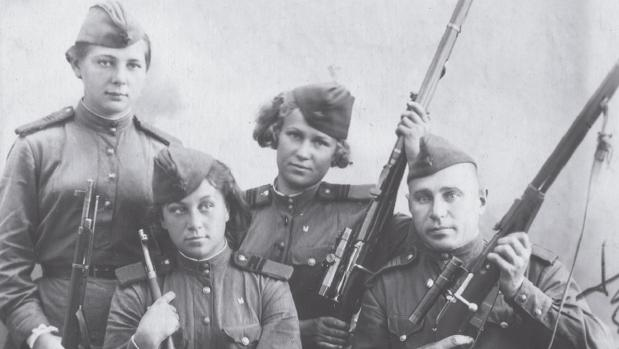 Talia Kiseliova, Muza Buláutova, Bella Moróuzova y el representante del partido en 1944