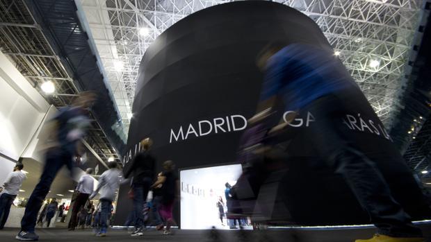 Un gran cilindro negro diseñado por el arquitecto Alberto Campo Baeza para el pabellón de Madrid