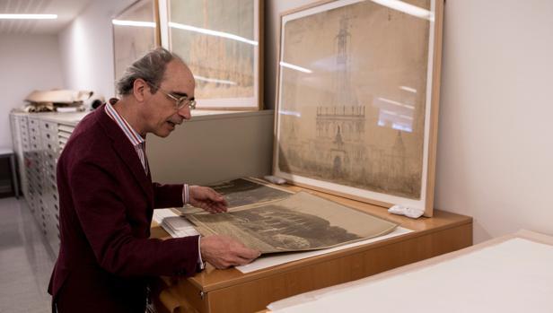 El director de la Cátedra de Gaudí Juan José Lahuerta, observa parte de los más de 100.000 documentos que forma parte del archivo
