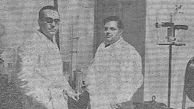 A la derecha, Albert von Filek posa como inventor de la filekina en una de las pocas fotos que se conocen, publicada en «El día de Palencia» el 12 de marzo de 1940