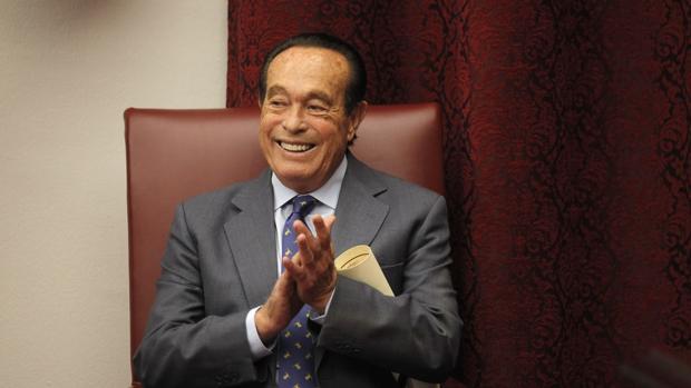 Curro Romero aplaude sonriente