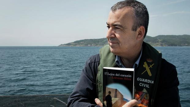 Lorenzo Silva en el Estrecho con su nuevo libro entre los brazos