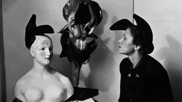 André Caillet. Gala con el sombrero-zapato de Elsa Schiaparelli inspirado en un diseño de Salvador Dalí (1938)