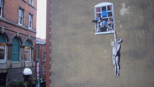 Uno de los grafitis de Banksy en las calles de Bristol