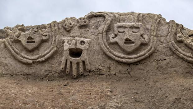 Relieves de hace 3.800 años descubiertos en las ruinas de Vichama en Perú