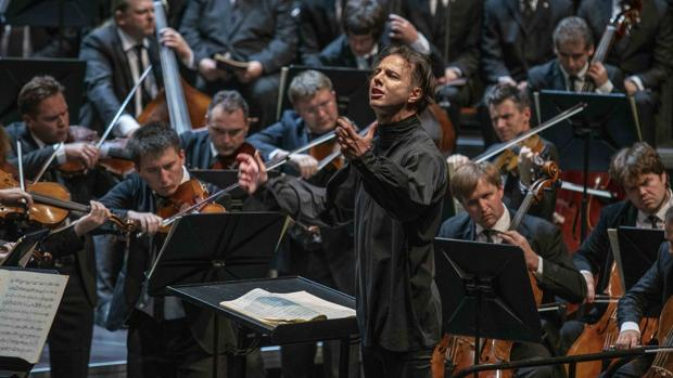 Teodor Currentzis, durante la interpretación de una de las sinfonías