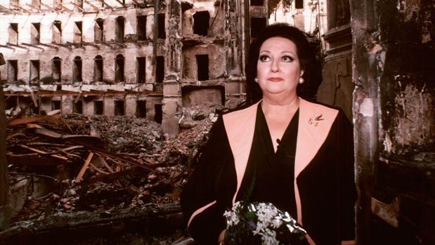 Montserrat Caballé, ante las cenizas del Liceo barcelonés tras su incendio en 1994