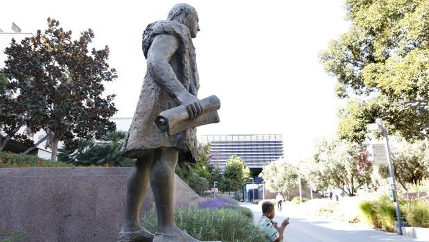 La estatua de Cristóbal Colón que ha sido retirada del Grand Park de Los Ángeles (EE.UU.)