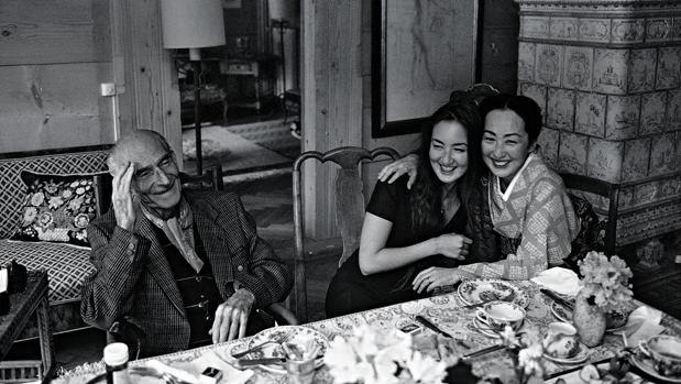 Bruno Barbey: Balthus con Setsuko y su hija, Harumi, Rossinière, 1995