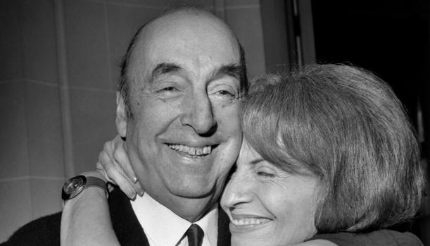Pablo Neruda con Matilde Urrutia en 1971 tras ganar el Premio Nobel de Literatura