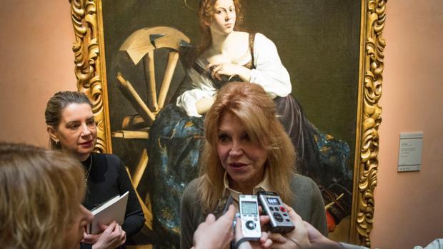 Carmen Thyssen atiende a los medios en el Museo Thyssen con «Santa Catalina de Alejandría» de Caravaggio al fondo