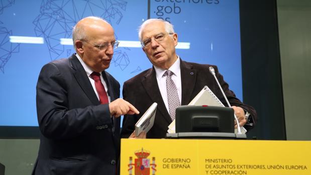 Los ministros de Exteriores de Portugal y España, Augusto Santos Silva y Josep Borrell