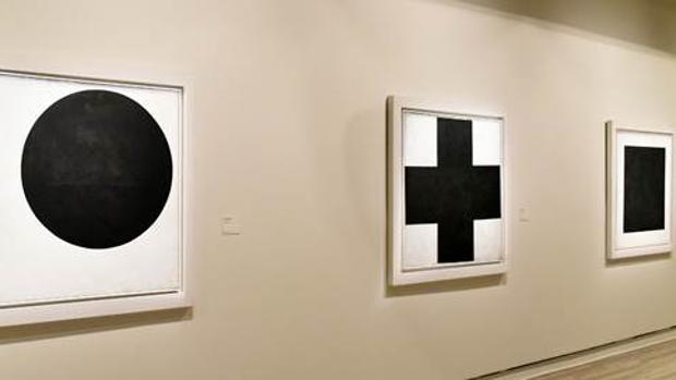 «Círculo negro», «Cruz negra» y «Cuadrado negro», tres obras de Malévich, cuelgan en la Fundación Mapfre