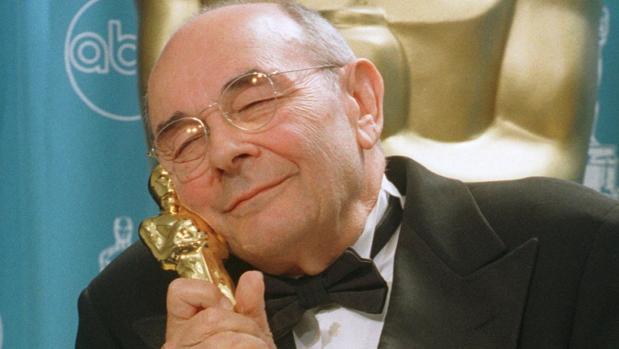 Stanley Donen con su Oscar honorífico en 1998