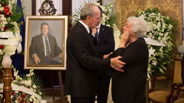 El alcalde de Málaga, Francisco de la Torre, conversa con la Lola Alcántara, hija del fallecido Manuel Alcántara, en el velatorio del articulista