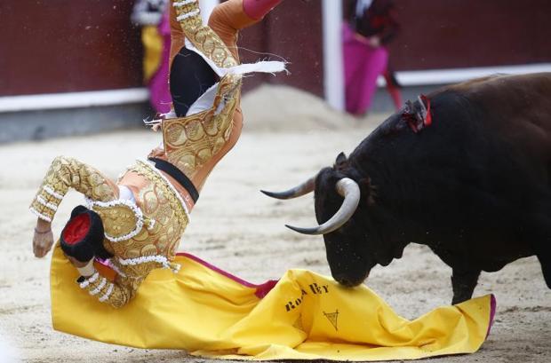 Andrés Roca Rey sufrió una violenta cogida al recibir al sobrero