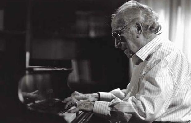 Joaquín Rodrigo, al piano en una imagen del documental canadiense «Shadows & Light»