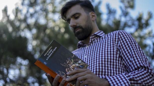 Bruno Padín Portela posa con su libro, «La traición en la historia de España»