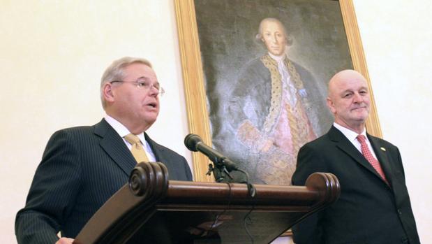 Robert Menéndez cuando colgaron el retrato de Bernardo de Gálvez en el Capitolio