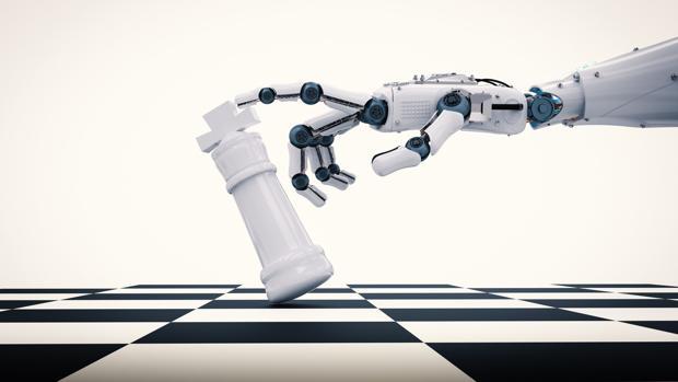 Mano de robot tirando ficha de ajedrez