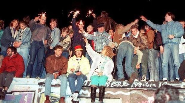 Ciudadanos alemanes encaramados al Muro de Berlín el 9 de noviembre de 1989